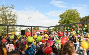 dzieci oglądaja występ Lady Fama Show i machaja balonami