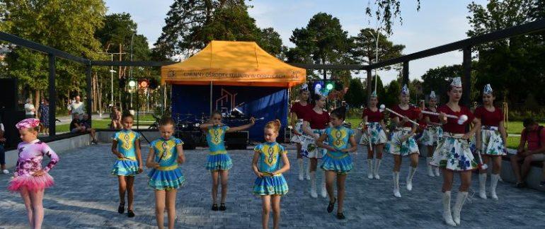 Na świeżym powietrzu grupa dziewcząt - mażoretki tańczą